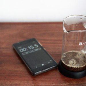 Wody wlewamy tylko tyle, aby zamoczyć zmieloną kawę.