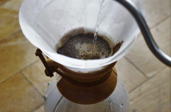 Zalewamy kawę wodą okrężnymi ruchami.