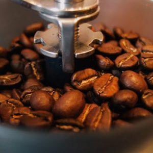 Miel kawę tuż przed jej zaparzeniem.