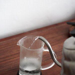 Przed zaparzeniem kawy, ogrzej french press.