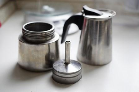 Kawiarka w częściach: dolny zbiornik na wodę, sitko na kawę i górny zbiornik na gotową kawę.