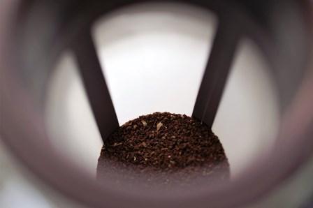 Zmielona kawa na dnie sitka Mizudashi od Hario.