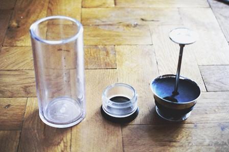 American Press w częściach: szklane naczynie, pojemnik na kawę i tłoczek.