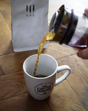 Po przeciśnięciu tłoka na dół American Pressa pozostaje już tylko przelać kawę do kubka i cieszyć się jej smakiem:)