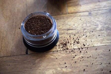 Świeżo zmieloną kawę wsypujemy do pojemniczka.