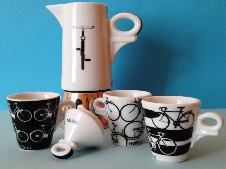 Porcelanowa kawiarka AnCap Contrade Italiane z filiżankami.
