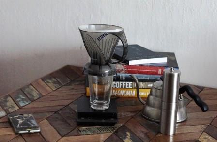 Ustawiamy Clever Dripper na naczyniu i zalewamy kawę wodą.