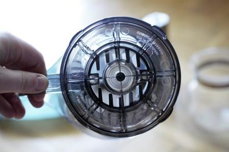 Clever Dripper od spodu - widoczna zatyczka, która blokuje przepływ wody.