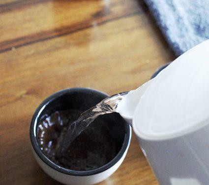 Zalewamy świeżo zmielone ziarna kawy gorącą wodą.